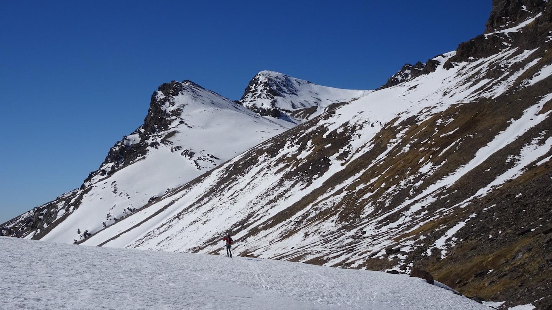 Descenso valle Lanjarón. Cerro del Caballo al fondo.